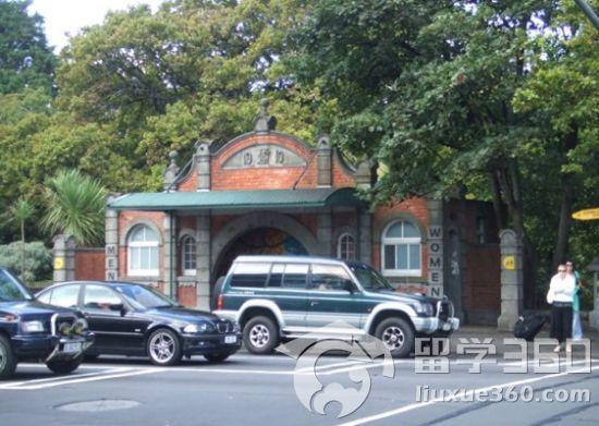 新西兰奥克兰大学教学楼则造型多种多样风格极其现代前卫