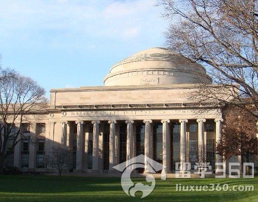 照片显示:凌晨4点的哈佛大学图书馆里,灯火通明,座无虚席图片配文这样写道:哈佛是一种象征。人到底有怎样的发挥潜力?人的意志,人的才情,人的理想,为什么在哈佛能兑现?哈佛的学生餐厅,很难听到说话的声音,每个学生端着比萨可乐坐下后,往往边吃边看书或是边做笔记。