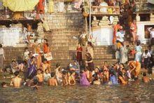 """印度教徒在恒河""""圣水""""中沐浴"""
