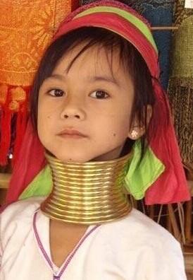 长颈族人认为女人戴的项圈越多