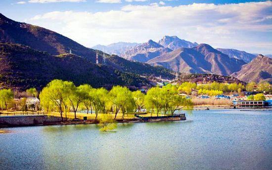 位于北京怀柔区的雁栖湖因雁得名,雁栖湖畔青山碧水白云飘飘
