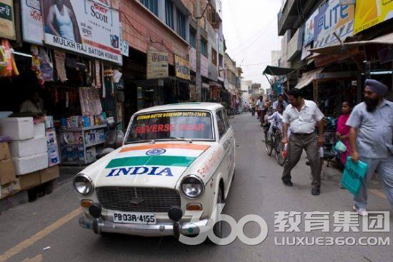 开挂的民族就这么任性 印度司机开倒车上路11年称向前开反倒别扭