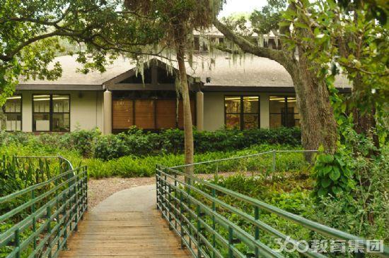 校内有技术先进的教室,2个图书馆,科学实验室,艺术工作室,音乐室和1个图片