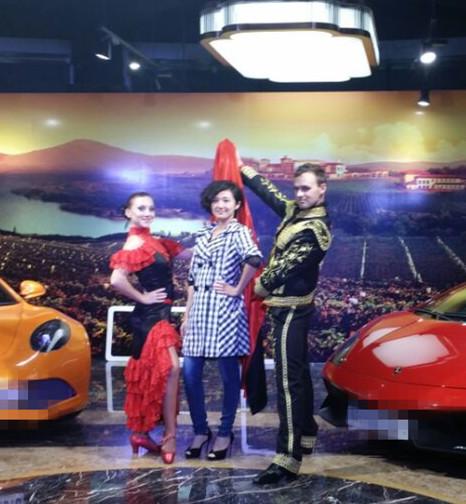 陪学生参加国际车展活动(两名舞蹈系学生)