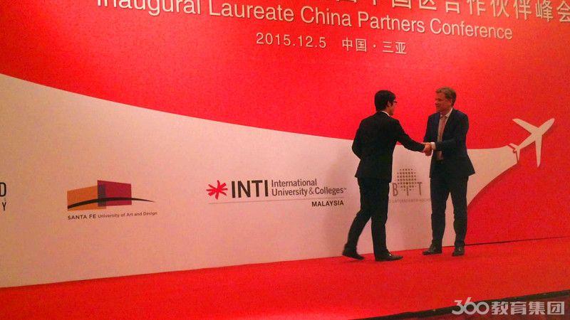 留学360金凯老师与斯坦佛国际大学校方代表握手