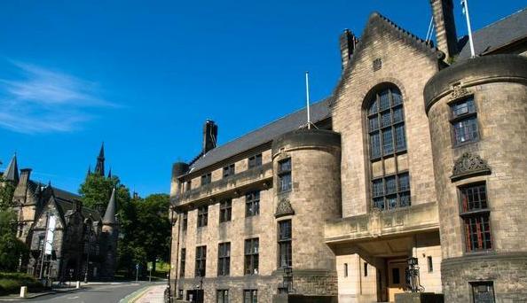 自信的女孩成功挑战英国格拉斯哥大学