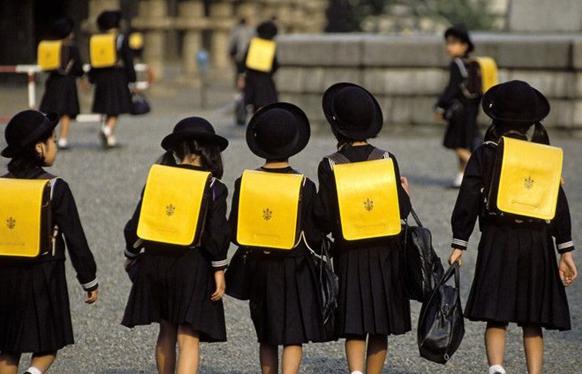 日本政府对其日本留学政策中关于留学生年龄限制方面的规定进行了修改。在这次修改中,日本相关部门主要放宽了对语言学院申请的年龄限制,年过而立之年的学生也能留学日本了。   日本入国管理法规定,外籍学生在申请日本大学专业以上课程时,需要通过日语二级考试,或接受制定日语教育机构半年以上的基础培训。而在政策放宽前,日本方面对赴日就读语言学院的留学生的要求是,高中毕业生须在25岁以下,大学专科毕业生须在28岁以下,大学毕业生以上须在30岁以下。因此,对于没有日语基础的留学生来说,超过30岁再申请留学日本留学是非