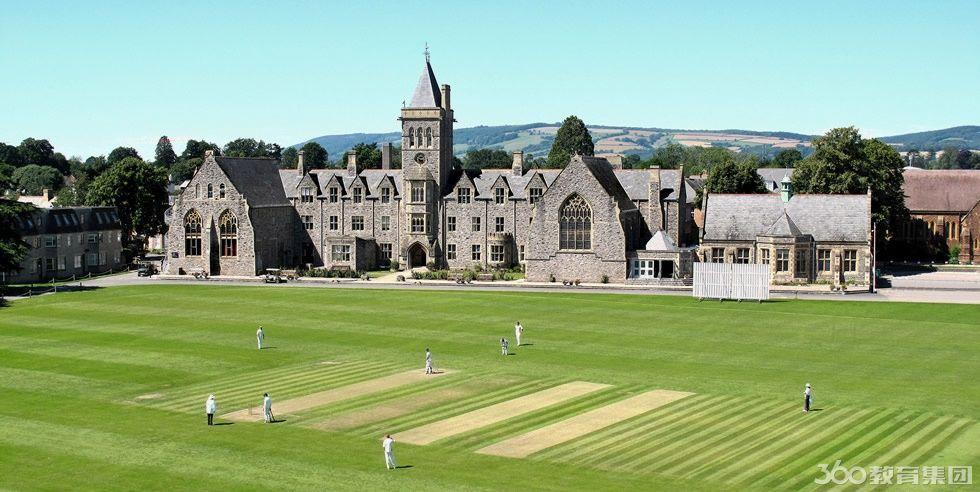 中学学校位于英国伦敦西南部的萨默塞特郡的中心地带,四周风景优美