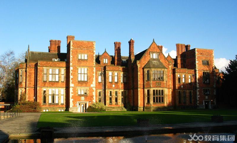 校园在一个大型的风景优美的地带,校内的教学及住宿楼群环绕在一个