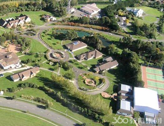 刘颖老师介绍,国际太平洋学院位于新西兰北岛的北帕莫斯顿市。学院建立于1990年,是一所经过新西兰政府批准、在新西兰教育部注册并且经过新西兰学历评估委员会批准成立的公益性的高等专业学院。国际太平洋学院拥有洁净的独立校区、学生公寓、图书馆、体育馆等设施。学校的所有国际学生都需要住校,在第二学年学生可选择在当地居民家居住,并且学校为优秀的国际学生提供奖学金。国际太平洋学院提供由证书到硕士研究生的高质量课程,包括:国际研究硕士学位,国际研究研究生文凭,国际研究学士学位 (国际商业,国际关系,环境研究,语言研究,日