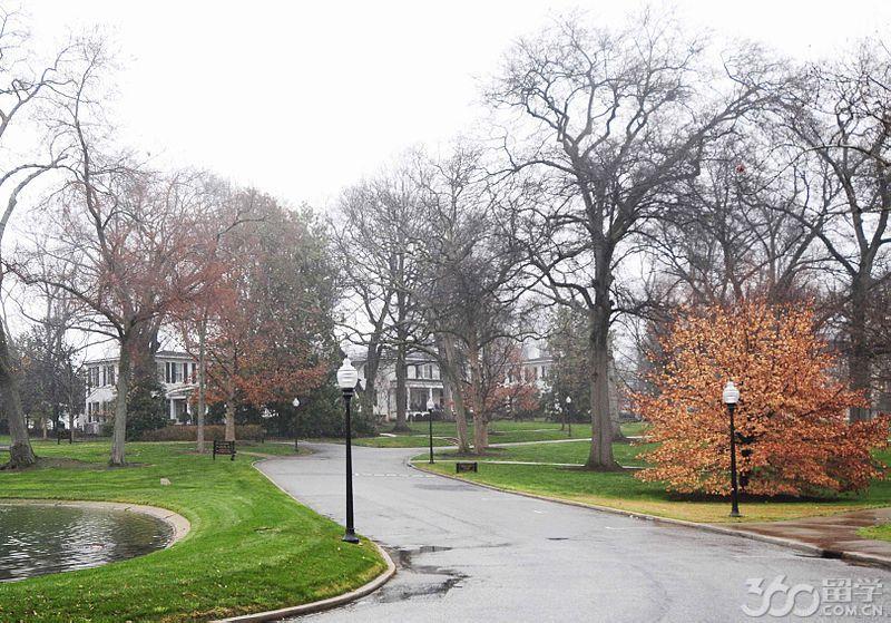 校园生活   留学360金牌留学顾问老师介绍,伍佛德学院距离国际性商务区Spartanburg,S.C的中心商务区仅几个街区的距离,属于中心商务区的北部。学校一直良好地运营、发展:原校址在1974年被划分为国家级历史保护区域,在2002年11月的时候,整整170英亩的校区被划分为罗杰米利肯植物园,院内自1992年起陆续种植了近5000棵树木。