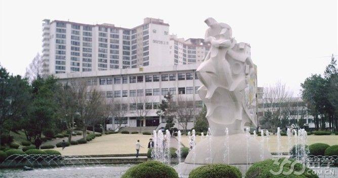 韓國全南大學起源于1909年, 其前身是光州農業大學校。全南國立大學于1954年6月建校,在韓國國立大學以研究部門的評價中排名第4位, 在韓國大學SCI級論文登載中排名第4名。全南大學現有14個本科院系,8個大學院,1000多名教授,學生人數總計為38000多名。全南大學已和中國的多所名校建立了交流合作關系,包括南京大學、清華大學、吉林大學、復旦大學、安徽大學 、延邊大學、廣西民族大學等。 在2009年韓國國立大學中排名第3。QS2009位于世界前500所大學的行列。2015年 7月26日,據CWU