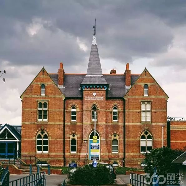 谢菲尔德大学(The University of Sheffield),简称谢大,世界百强名校,英国顶尖名校。位于英格兰第四大城市谢菲尔德市,在英国一直享有美誉。其建校历史可追溯到1828年。   立思辰留学360介绍,作为英国的百年老牌名校之一,谢菲尔德大学以其卓越的教学质量与科研水平而享誉全球,共培养出了五位诺贝尔奖获得者。   谢菲尔德大学在教学与科研方面有崇高的声誉,在7年一次英国官方组织研究卓越框架(REF)评估中,谢菲尔德大学综合实力位居全英第12名。作为英国最著名6所的红砖大学之一,