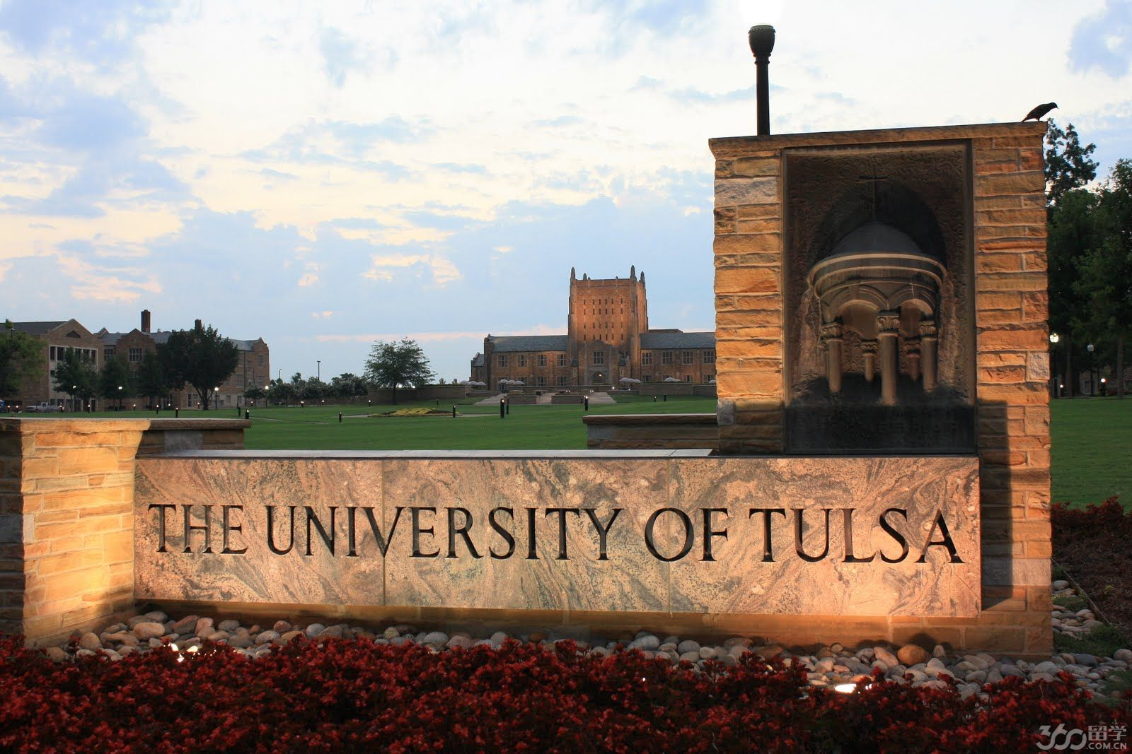塔尔萨大学(University of Tulsa,简称TU)成立于1894年,学校坐落于美国俄克拉何马州的拥有世界油都之称的塔尔萨市。美国最权威的USNEWS排名给予塔尔萨大学2015年全美最佳综合大学第88名的评价,其中石油工程专业全美排名第4,法学院被评为全美最佳法学院第86名,Collins商学院被评为2015全美最佳研究生商学院第83名,Bloomberg Businessweek评为全美商学院top55。塔尔萨大学以小班教学而闻名,大学总人数为4326人(本科为 3160)