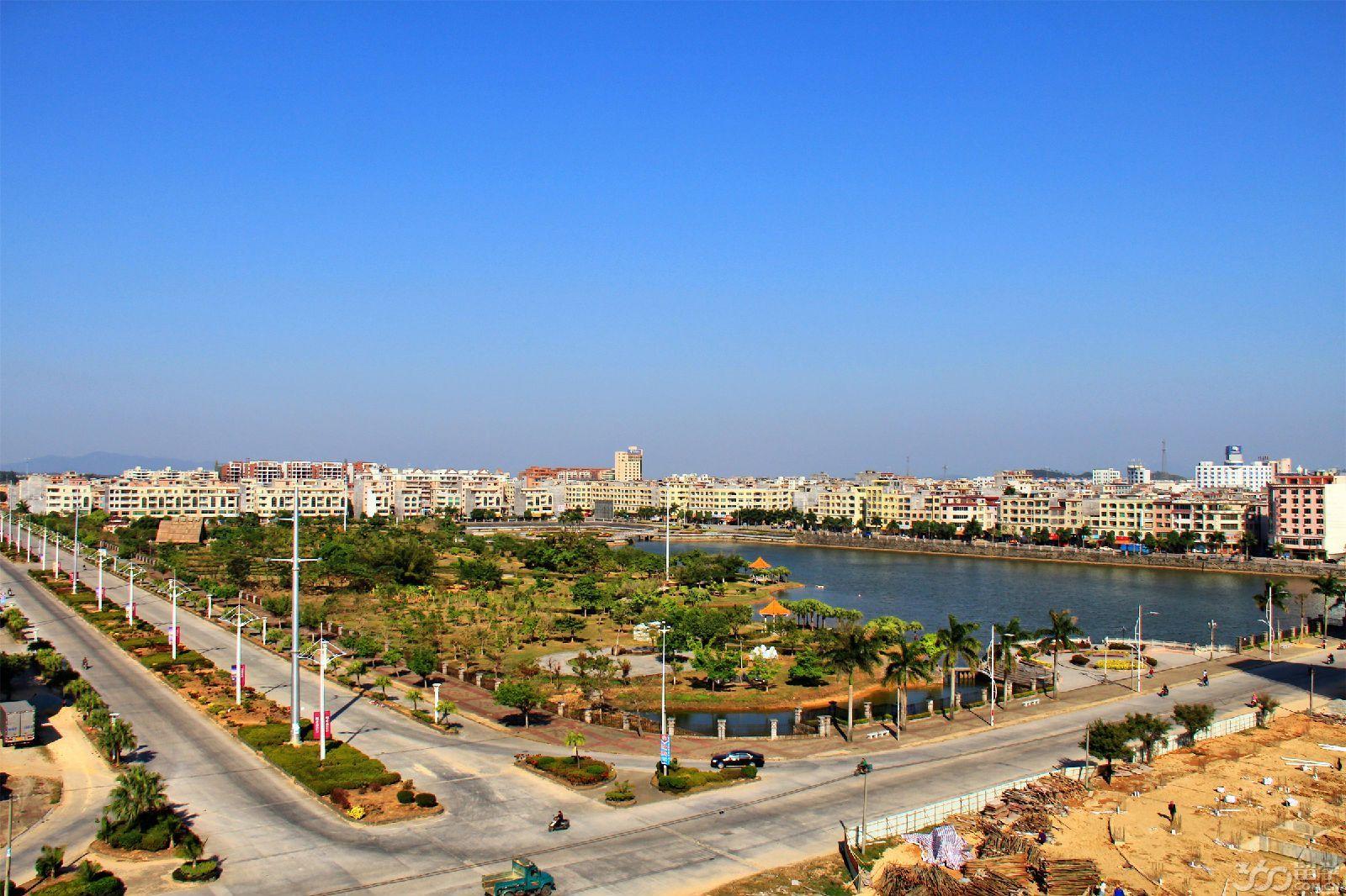 广湛高速公路贯通全境,与沿海高速公路,阳阳铁路,国家一类口岸阳江港