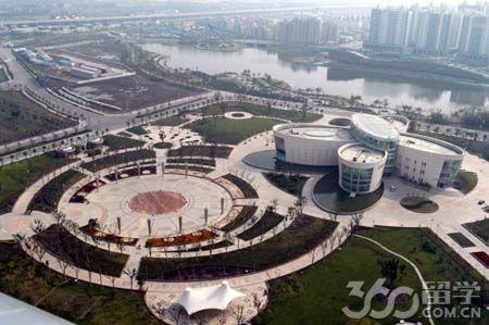 青浦水系丰富,农业较发达.区内白鹤镇是西气东输管道的终点.