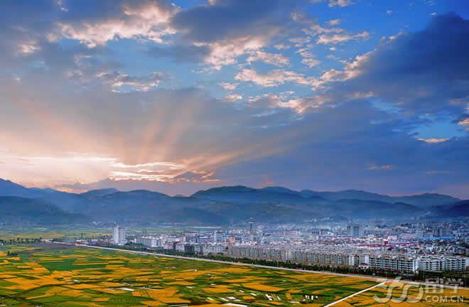 华宁县是云南省玉溪市下属的一个县,地处滇中高原湖盆区的南缘,属