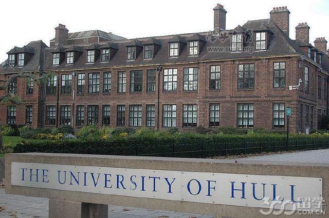 赫尔大学成立于1927年,位于英格兰东北部,是英国第14所成为独立大学的传统国立大学。世界液晶显示材料工业化的发源地。获得英国高等技术领域最高奖项女王技术成就奖、国家历史性化学里程奖等等。赫尔大学坐落于2017年英国文化之城的东部沿海港口城市赫尔市。赫尔主校园乘公共汽车到市中心只需十分钟,离伦敦市区约两个半小时火车路程、距曼彻斯特两个小时。由2个校园(区)组成。学校现有教职员工2,650名,大学目前拥有约22000名在校生,包括来自100多个国家的2000多名国际生,其中中国学生大约500人,