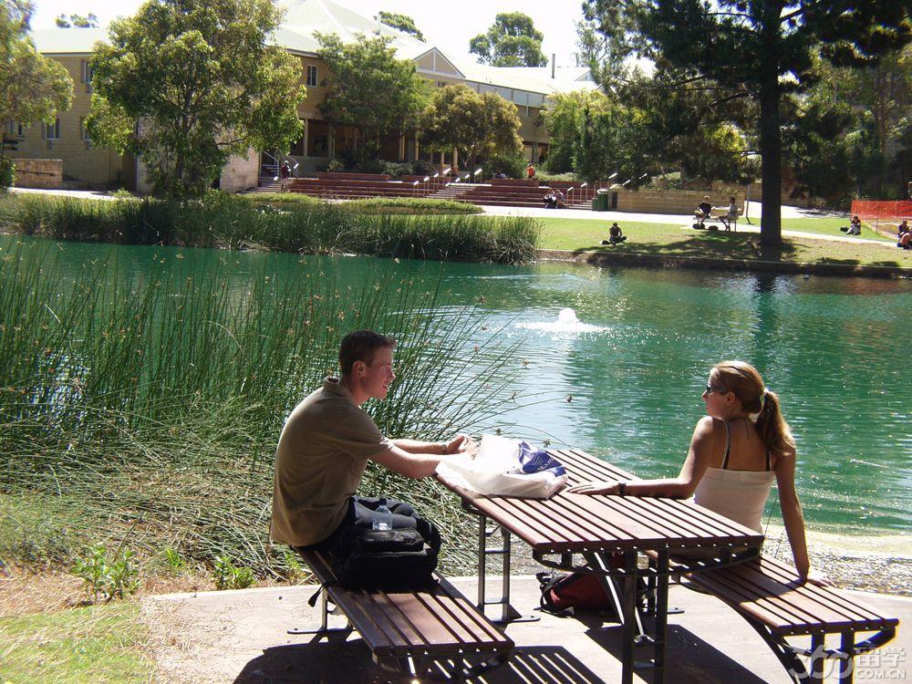 1 艾迪斯科文大学心理学与社会科学学院历史简介   据留学360介绍,艾迪斯科文大学创于西澳首府珀斯,校名以澳大利亚联邦议会中第一位女议员  Edith Dircksey Cowan而命之;1991年奉准升格为综合大学。2004年,ECU排名澳大利亚第28,现为西澳规模第二大的教学型大学该校一直以高质量的教学而闻名于全澳,学生超过2万多人,其中3000多人是来自全球80多个国家的国际学生。艾迪斯科文大学心理学与社会科学学院代表着4个主要的学科领域,那就是心理学,社会科学,咨询,以及语言病理学。学