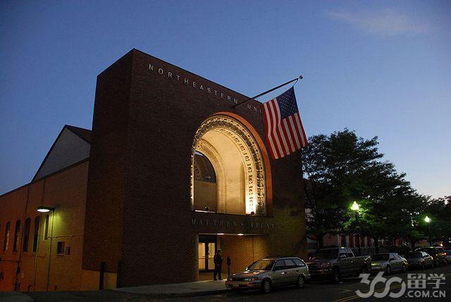 立思辰留学360介绍,东北大学(Northeastern University),简称NEU,是位于美国东北部马萨诸塞州州府波士顿市的一所顶尖私立研究型大学,以录取率低著称。学校一共汇聚了来自全世界53个国家的精英,在实践性学习、跨学科研究以及社区参与方面都处于世界领先地位。东北大学由8个学院组成,设有65个本科专业和125个研究生专业,可以授予硕士、博士和职业教育学位。2014年东北大学收到的捐赠达到了7亿美元。   东北大学成立于1898年,坐落于富有历史底蕴,古老与现代并存的波士顿市中心,校园