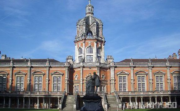 周睿老师介绍,在2008年英国高教委的RAE科研评估中,皇家霍洛威位居全英第23位。2016年QS专业排名中,表演艺术专业名列世界第14名。在2015泰晤士报英国大学排名中位居全英第34位。在2014-15泰晤士高等教育世界大学排名中位居英国第17位,世界第118位。   在校学生数:9000   国际生占比:20%   所授学位:学士,硕士,博士   学校生活   时间安排   留学360介绍,皇家霍洛威学院学制分为1-3年不等,该校每年9月下旬开学,次年的7月中旬结束。一个学年分为春、秋、夏三个学期,