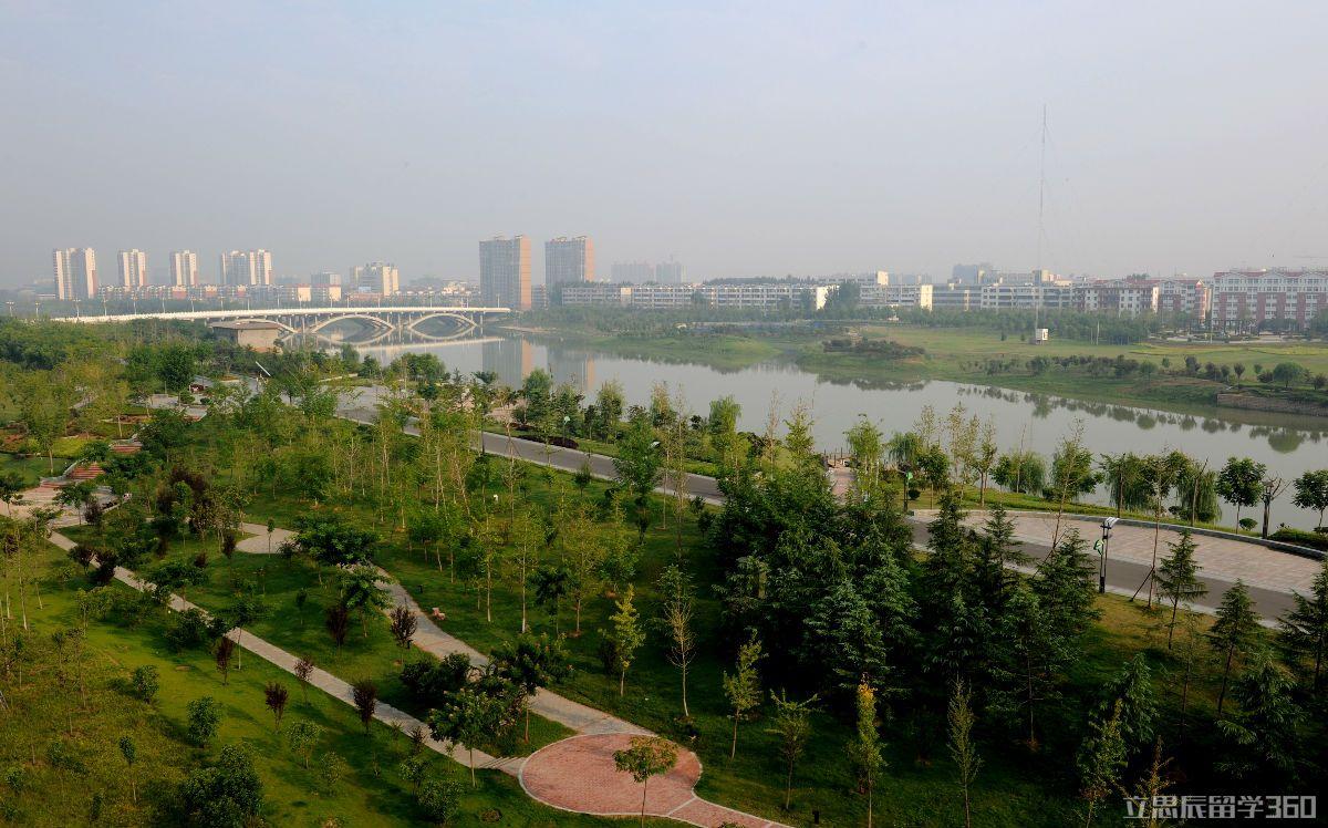 漯河市位于河南省中南部,曾是内陆经济特区,现已被评为中国品牌城市,而且是中西部首个、全国第二个获此殊荣的城市。漯河是中国首个食品名城。此外,漯河还先后摘取国家园林城市、全国绿化模范城市、国家森林城市、中国特色魅力城市、中国人居环境范例奖等桂冠。   漯河历史悠久,在贾湖遗址出土的国宝-7000多年前的七音骨笛,是世界最早的乐器;发现的8000-9000年前的甲骨契刻符号是迄今为止世上最早的文字雏形;出土的酿酒遗留物将人类酿酒史推到了9000多年前。贾湖遗址发掘出的炭化稻