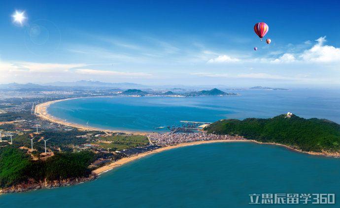 东山县位于福建省南部沿海、台湾海峡西岸。地理坐标为北纬2333-2347,东经11717-11735。是全国第六、福建省第二大海岛县,总面积248.34平方公里。   东山岛由主岛和周边67个小岛组成,状如七星拱月,形如栩栩如生蝴蝶,故称蝶岛。截至2013年,主岛面积220.18平方公里,设有国家级经济技术开发区、旅游经济开发区、七个镇级人民政府、61个行政村和16个居委会,总人口21.