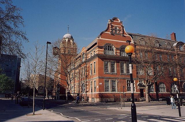 伦敦城市大学作为全英国最优秀的现代化大学之一,在1966年曾获得英国皇室特许状,与伦敦城市的关系密切,由历届伦敦市市长担任该校的校长。伦敦城市大学的地理位置绝佳,能快速掌握世界的动态。学校将历史悠久的传统文化与现代化的教学方法相结合,有着100多年的教学和研究经验,成为当今英国最具魅力的大学之一。从伦敦城市大学毕业的学生从事着很多优秀的职业,成为了很好的榜样。