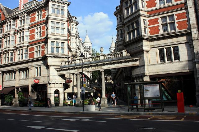 伦敦大学伯贝克学院(Birkbeck, University Of London)是伦敦大学的一个学院,由George Birkbeck博士创立于1823年。1920年与伦敦大学学院(UCL),伦敦政治经济学院(LSE),国王学院(Kings College),伦敦商学院(LBS)等31机构共同组成伦敦大学。